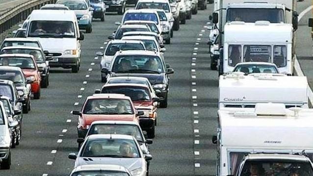 Atenție, șoferi! Se circulă bară la bară pe drumurile spre mare și munte. Aglomerație pe Autostrada Soarelui
