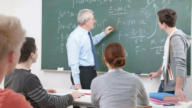"""""""România educată"""" cu profesori neplătiți. Cadrele didactice din învățământul preuniversitar au rămas fără spor de doctorat, prin ordin de ministru"""