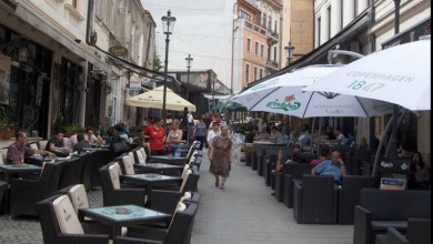 Photo of Cum se bea cafea (sau vin) pe o terasă din dreptul unei clădiri din București de pe care cade tencuiala. Nu râdeți, e cu semnătură