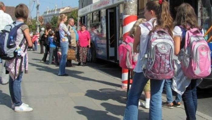 Transport gratuit la școală pentru elevii claselor primare. Proiectul a fost adoptat de Camera Deputaților