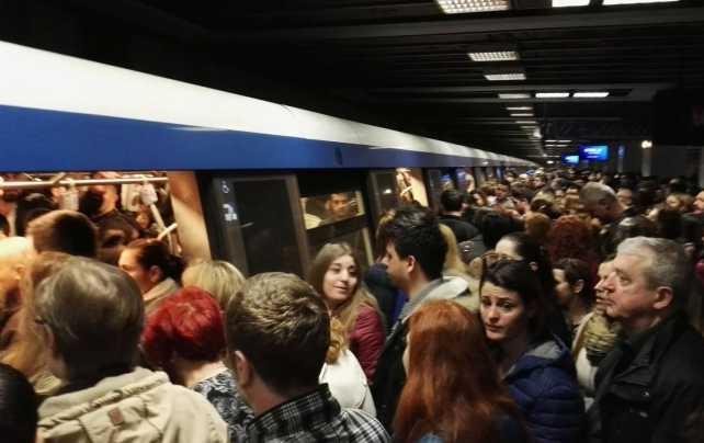 Unei femei i s-a făcut rău la metrou pe Magistrala 2. Trenurile au circulat în sistem pendulă