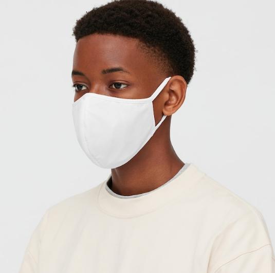 baiat afro-american poarta masca de protectie AIRism de culoare alba, realizata din material pentru lenjerie intima