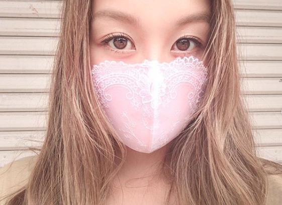 Aya Kondo, personalitate tv din Japonia, poartă masca de protectie impotriva covid-19 din cupă de sutien. Masca este roz si are dantela aplicată albă