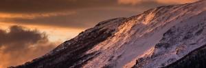 Zapada iarna la apus pe muntii din Parcul Național Gros Morne