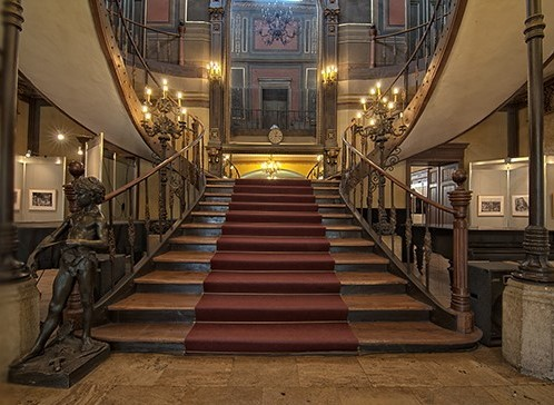 Muzeul Municipiului București. Scările impunătoare din holul central al Palatului Șuțu