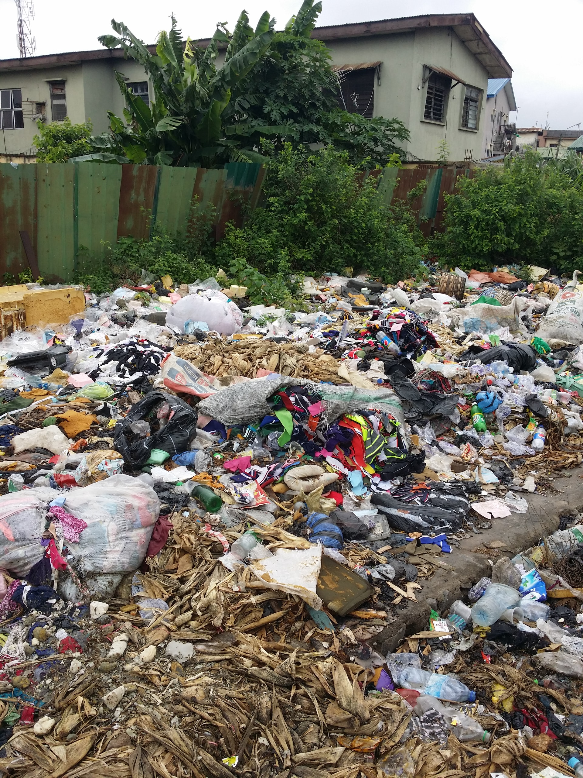 curte plina de gunoaie, o groapa de gunoi improvizata