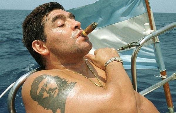 diegp maradona pe yaht fumeaza trabuc