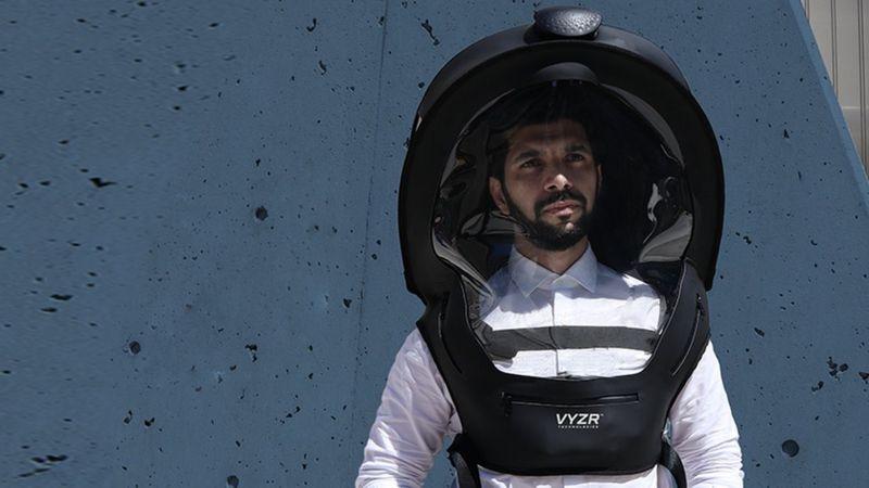 Yezin Al-Qaysi poartă casca BioVYZR, produsă de compania sa.