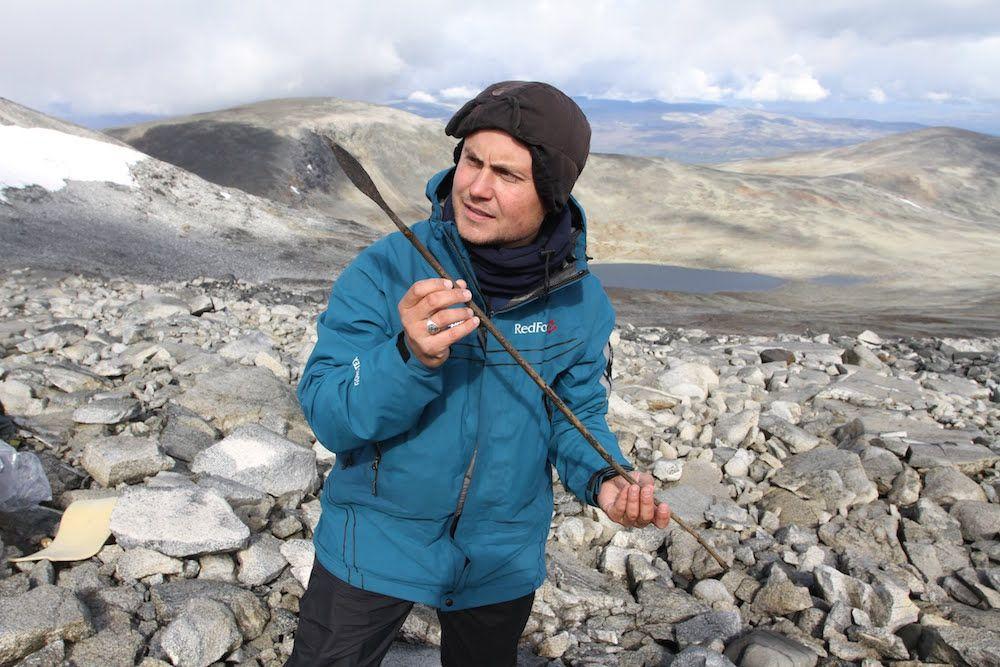 Cercetător admirând una dintre săgețile descoperite