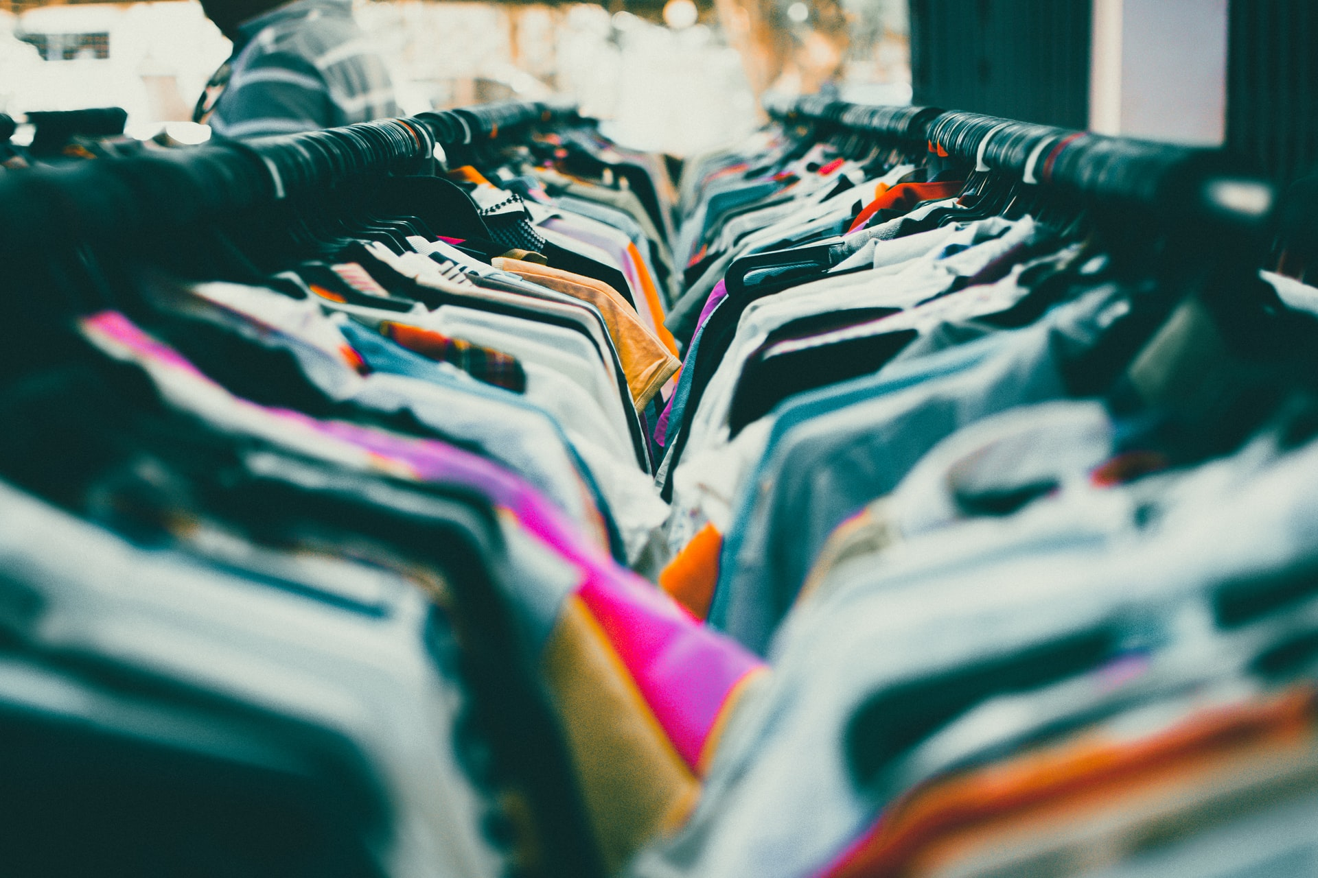 haine asezate pe umerase intr-un magazin