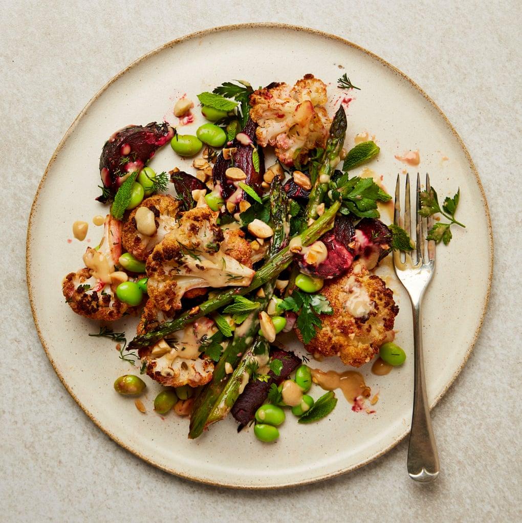 Meera Sodha - salată de conopidă, sfeclă roșie și sparanghel. Sursă foto: The Guardian