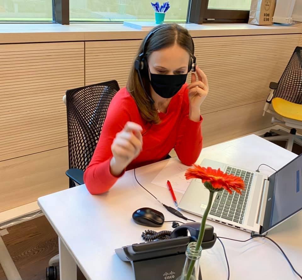 Liana Alexanadtru cu masca voluntar la DSP vorbeste la telefon