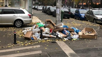 """Photo of În București, și Moș Nicolae s-a-mpiedicat de gunoaie. Cu mâna la nas, Clotilde Armand promite """"să rezolve urgent"""" situația"""