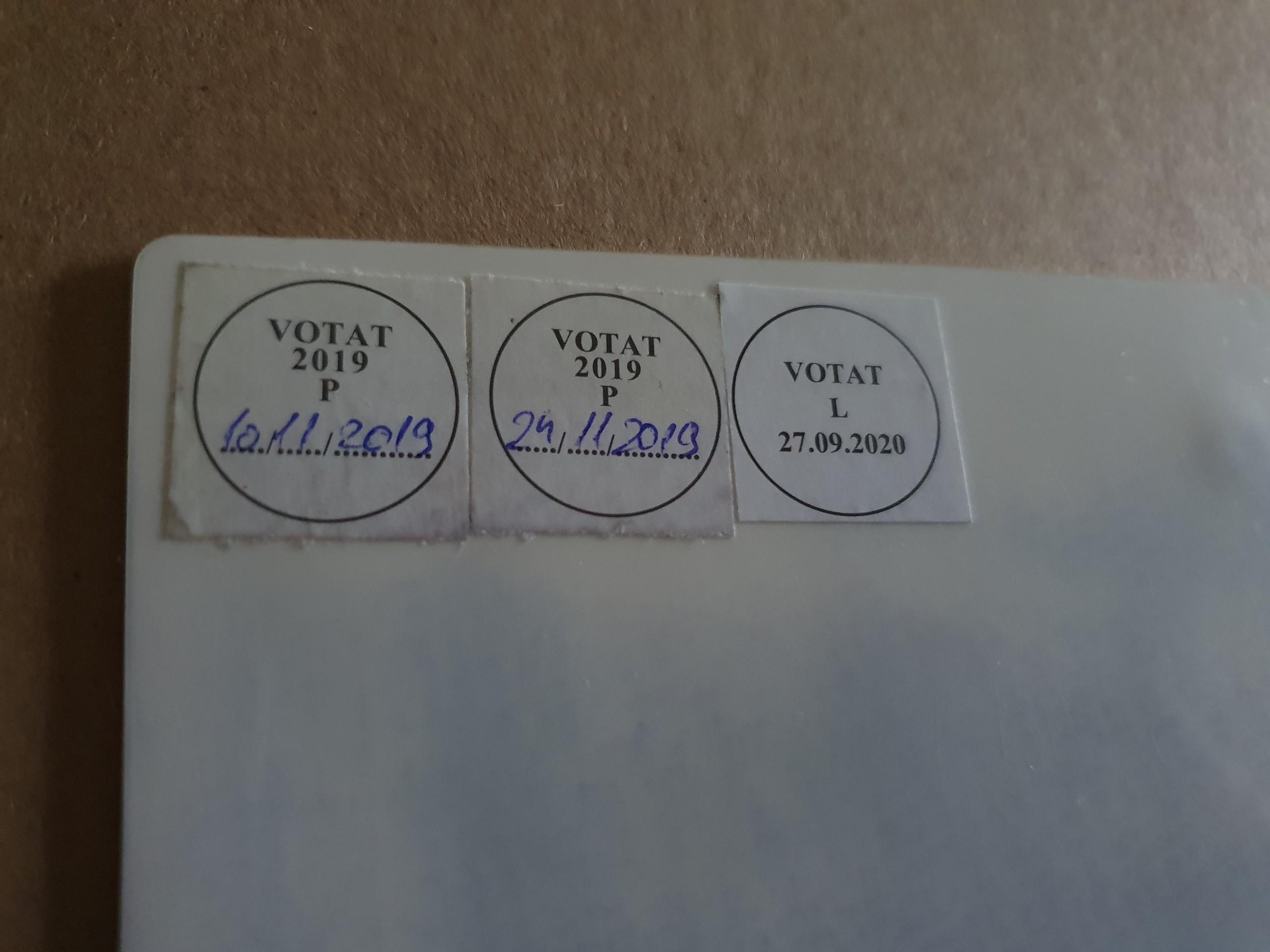 Spatele buletinului, cu stickerele de la alegerile precedente