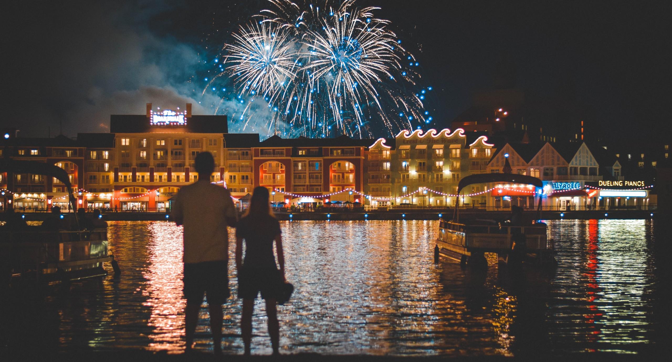un cuplu privind focul de artificii pe străzile Veneției