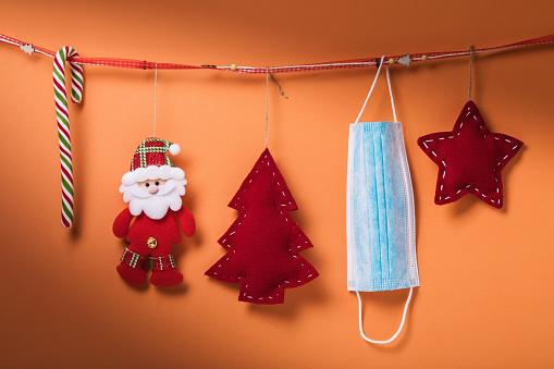 Decorațiuni de crăciun și o mască agățate de o sfoară