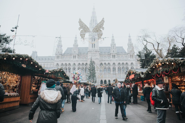 Târg festiv în vremurile de dinainte de pandemie