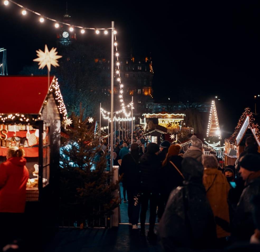 Târg de Crăciun decorat cu luminițe
