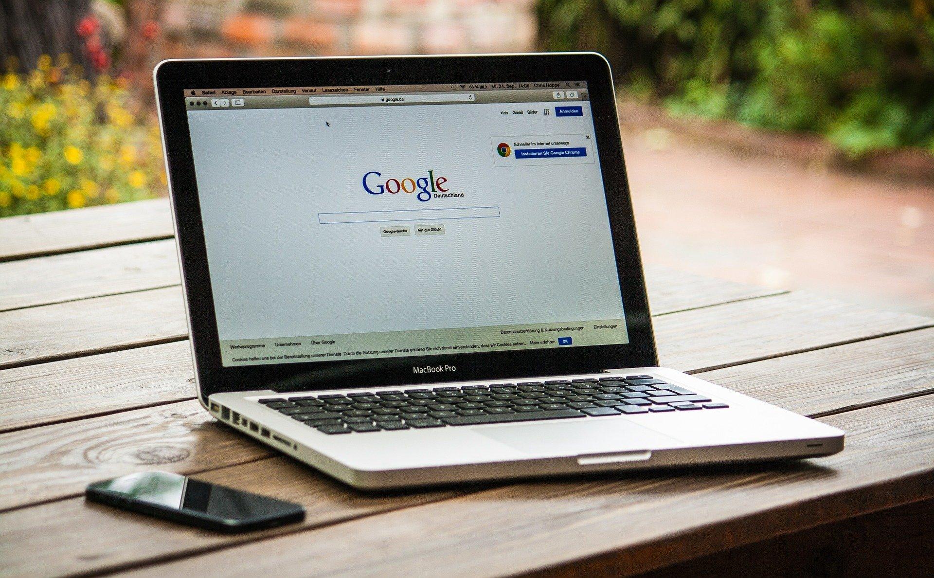 Laptop cu motorul de cautare Google pe ecran