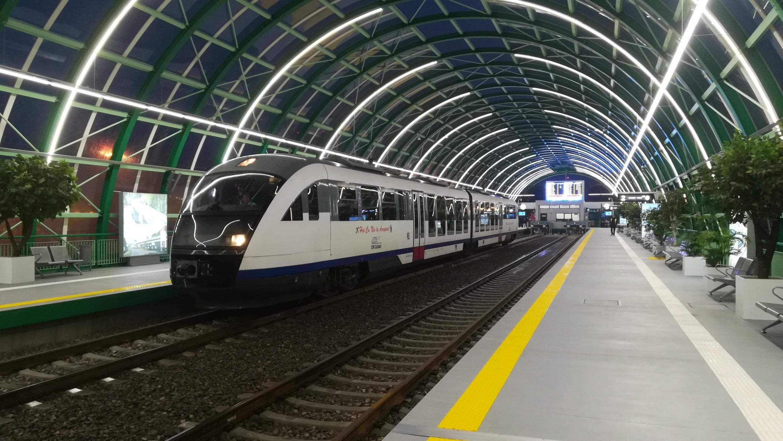Tren la peron în noua stație de la aeroport