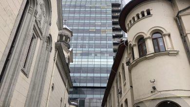 Photo of Turnul de birouri-fantomă de lângă Armenească a afectat structura de rezistență a bisericii. În altar au apărut fisuri, iar din bloc cad bucăți mari de tablă