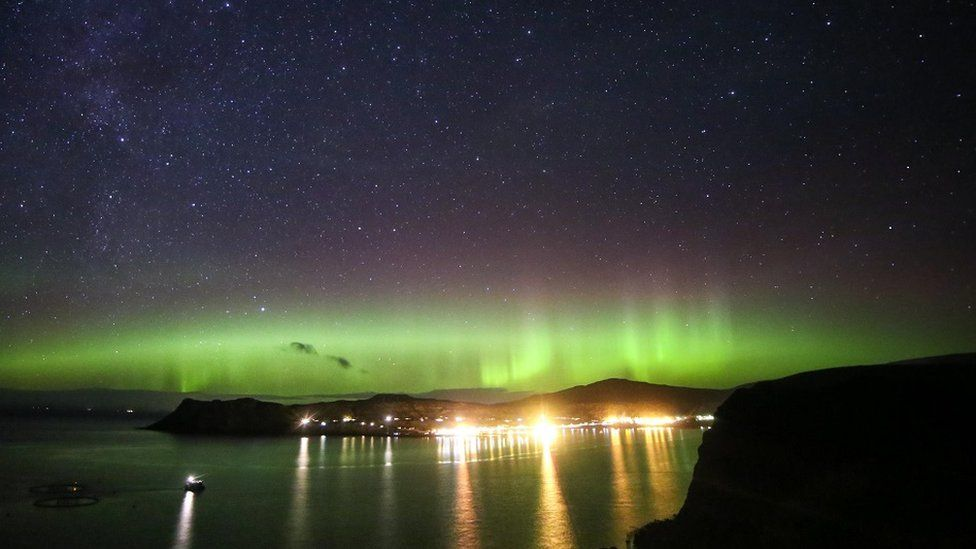 Lumini strălucitoare ale aurorei de la Uig în Highlands