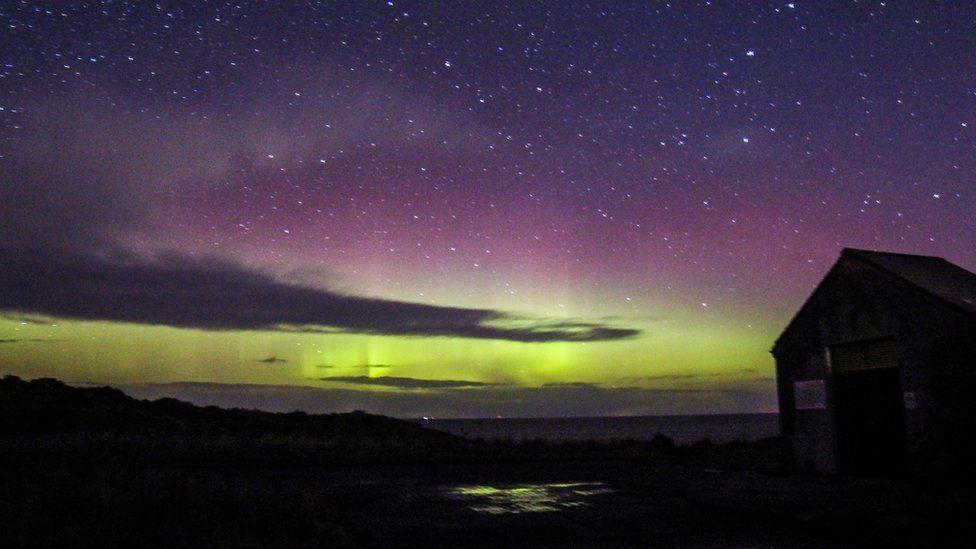 O vedere asupra aurorei de la Hopeman, pe coasta Moray Firth
