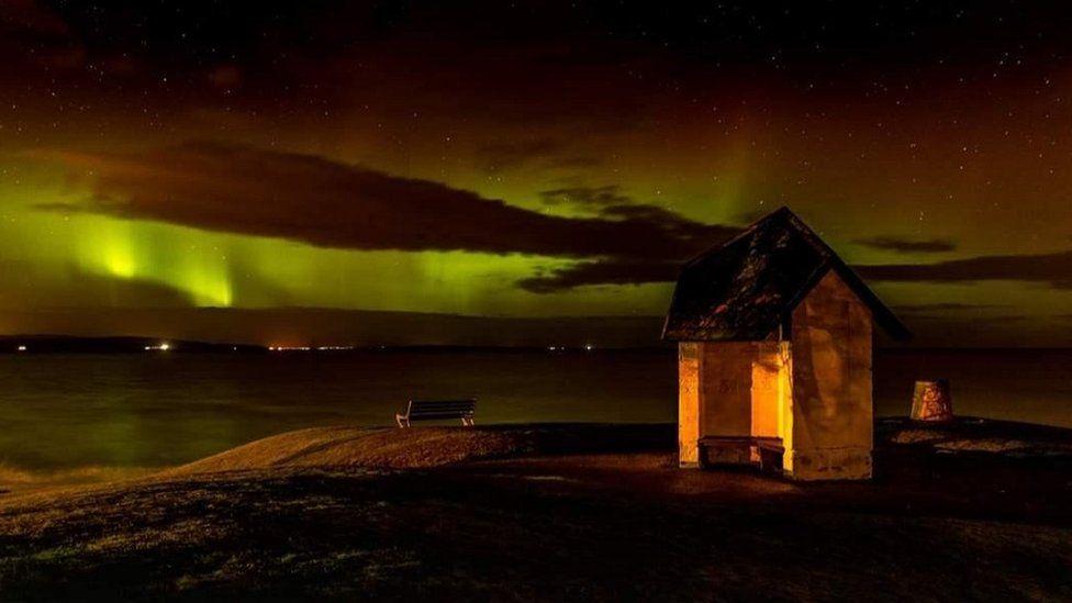 O scenă plină de culoare la Nairn, pe coasta Moray Firth din Highlands