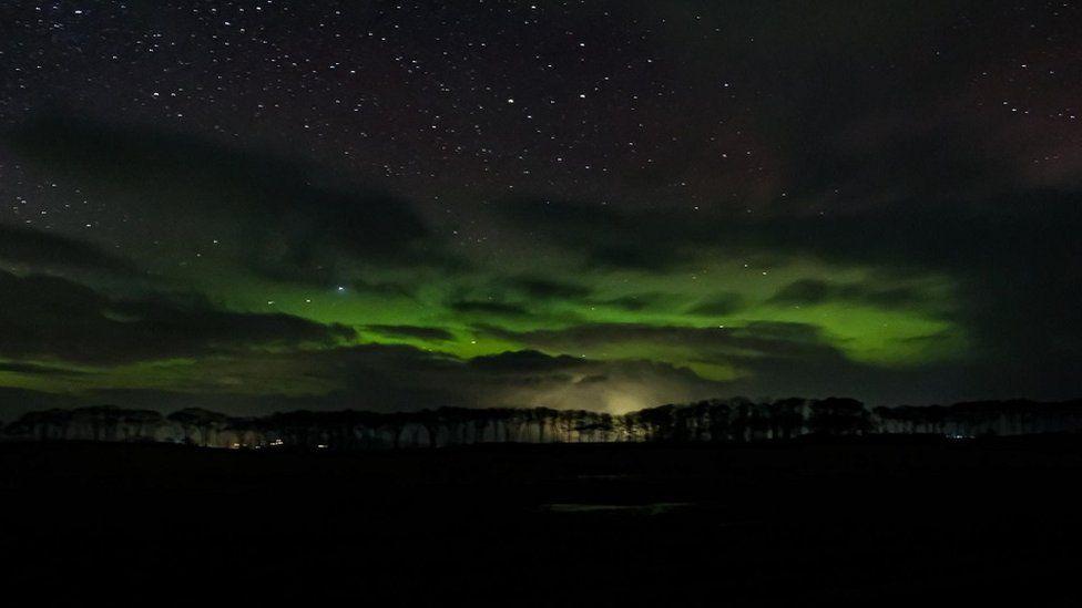 Strălucirea verde a aurorei de la Portmahomack din Highlands