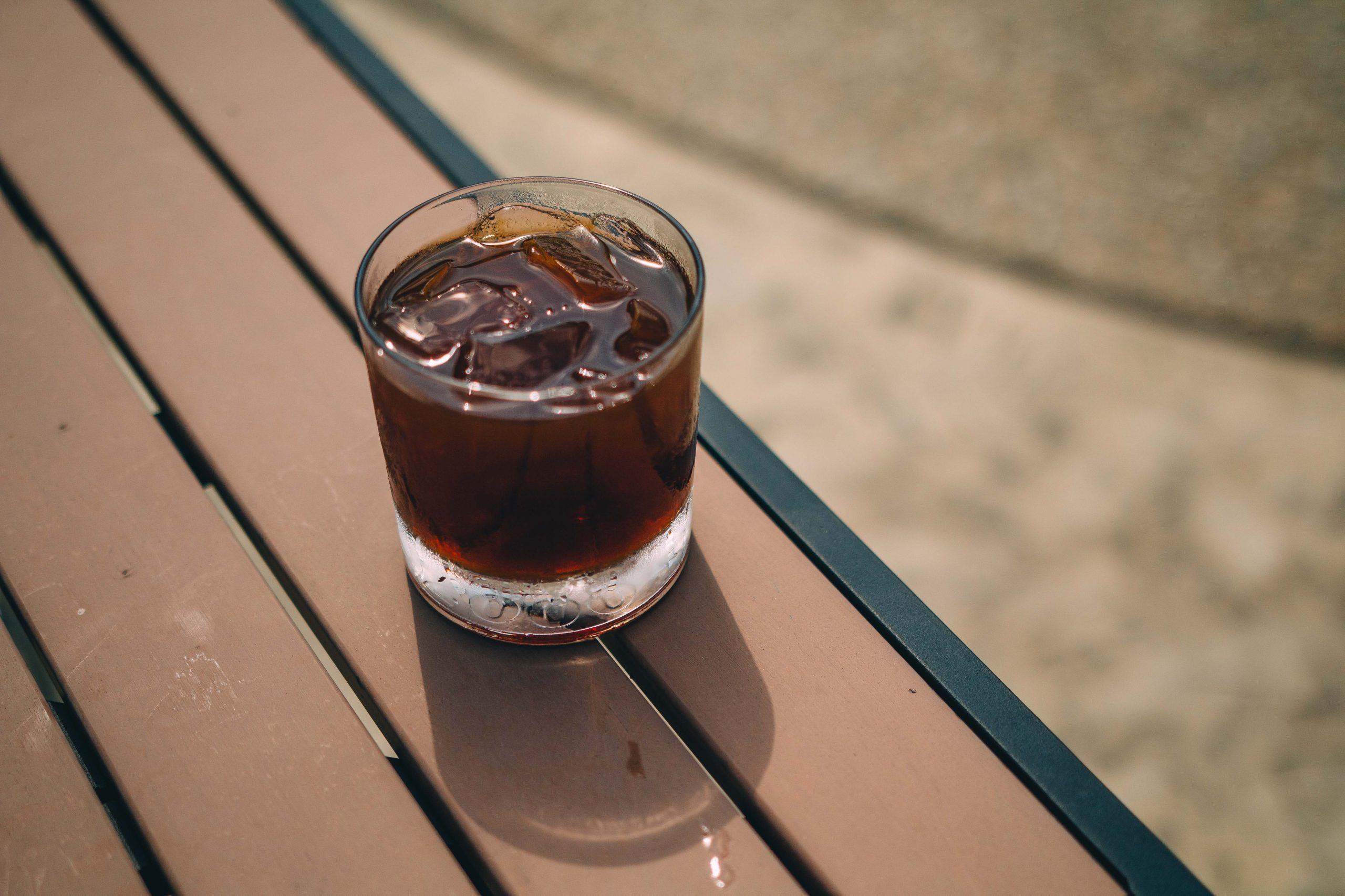 Pahar cu gheață, umplut cu suc energizant