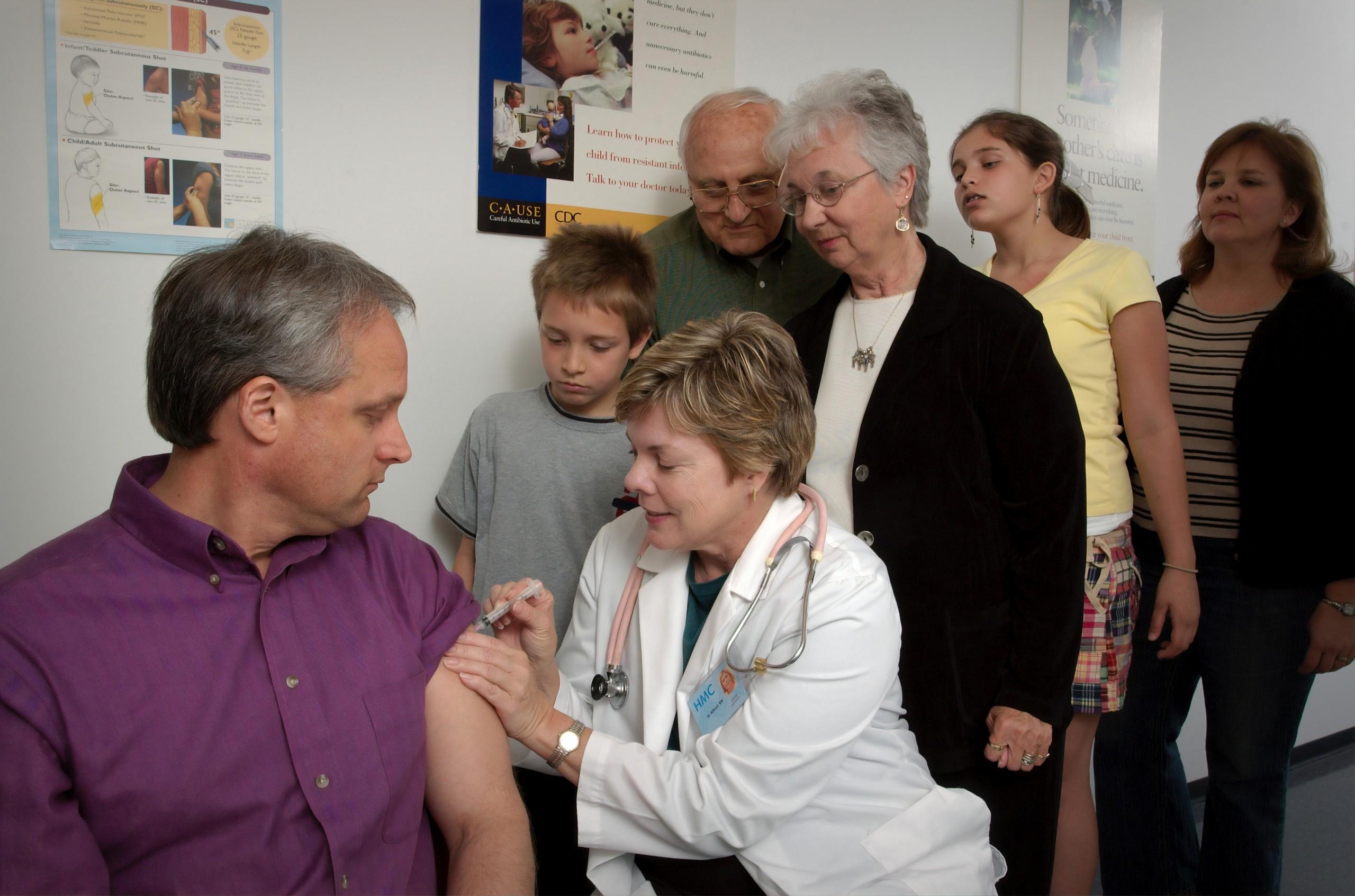 Bărbat vaccinat împotriva COVID 19