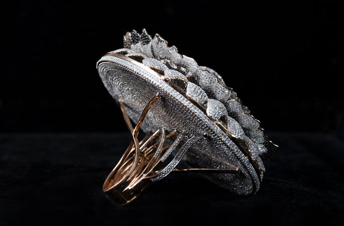Spatele inelului incrustat cu cele mai multe diamante din lume