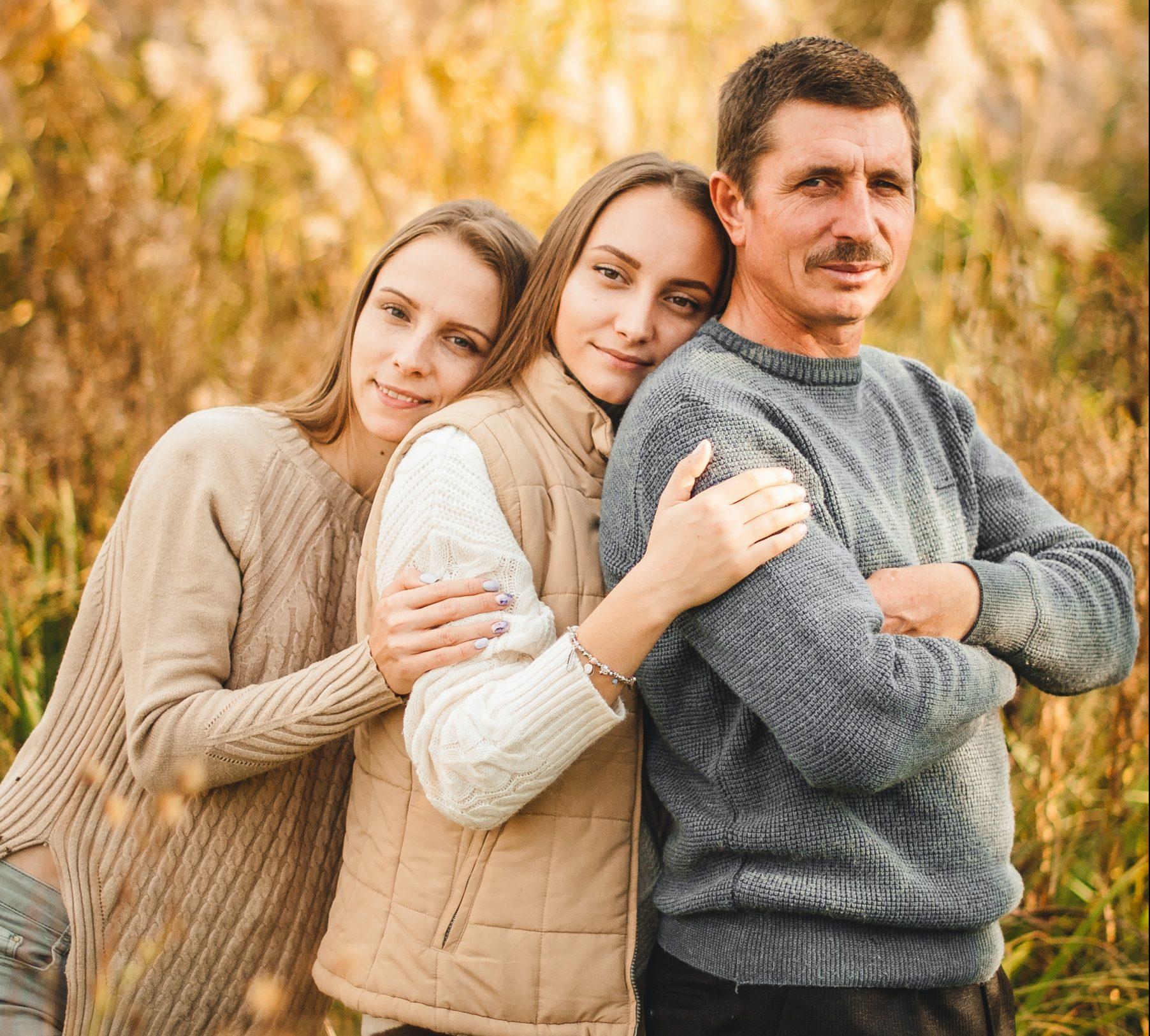 Două fiice împreună cu tatăl lor