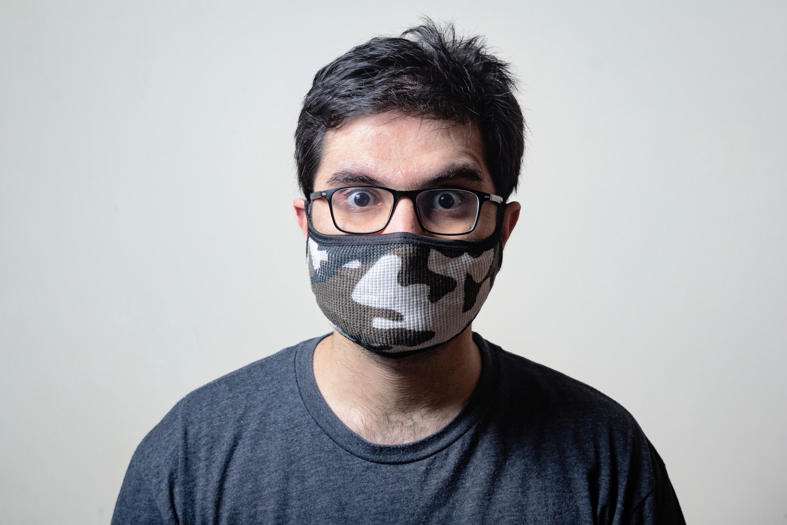Bărbat care poartă mască de protecție