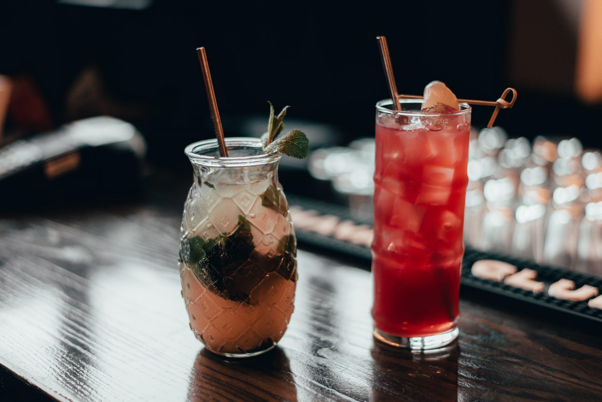 Două cocktailuri pe masa unui bar