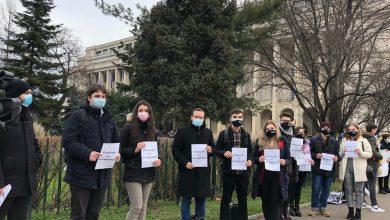 Photo of Protest al elevilor şi studenţilor în Piaţa Victoriei după ce Guvernul a anunțat că renunță la gratuități: Florin Cîţu să ne vadă, facem orele în stradă