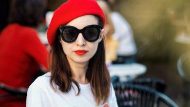 """Photo of O fată cu beretă roșie umblă prin oraș, fiți cu ochii pe ea. """"Art de vivre în București"""" cu Nicolle, primul român care-a absolvit cursul HEG, la cea mai veche academie culinară din lume – """"Le Cordon Bleu Paris"""""""