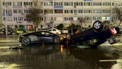 Photo of Ăsta da accident surprinzător! Un Logan, răsturnat de un Lamborghini pe o stradă din București. Cum s-a petrecut totul