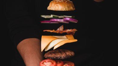 Photo of Burger gratuit astăzi în Capitală. Zeci de oameni s-au strâns la coadă