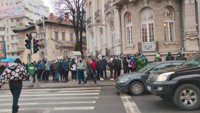 Photo of Sute de persoane s-au îngrămădit pentru un burger gratis la o burgerie din București. Amendă de 10.000 de lei pentru patron