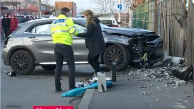 Photo of Două fete aflate pe un trotuar din București au fost strivite de o mașină. Femeia care se afla la volan a recunoscut că a încurcat pedalele