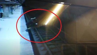 """Photo of Cine sunt """"Eroii de la Metrou"""", cei doi tineri care, într-o fracțiune de secundă, au salvat o adolescentă din fața trenului. Unul dintre ei e are tatăl faimos și iubit"""
