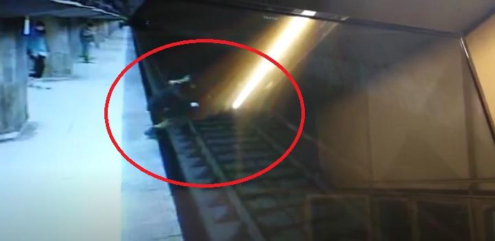 O adolescentă s-a aruncat în fața metroului