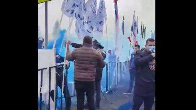 """Photo of Fumigene, îmbrânceli și scandal la Cotroceni. """"Aveți ordin să ne gazați!"""", strigă polițiștii la jandarmi VIDEO"""
