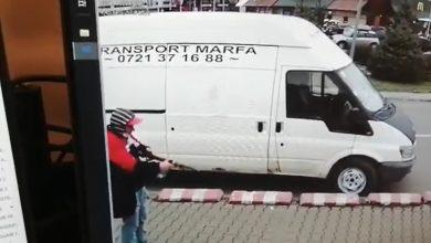 Photo of Bucureșteni amenințați cu arma. Nebunie în parcarea unui supermarket
