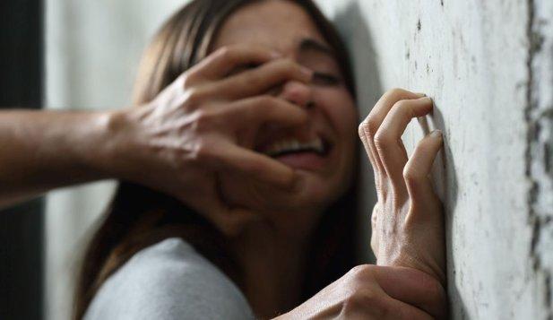 au violat o fată de 16 ani care era beată şi drogată