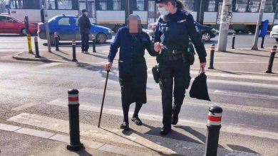 Photo of Jandarmii din Bucureşti au ajutat o bătrână de 91 de ani să ajungă acasă după ce aceasta se rătăcise prin Capitală