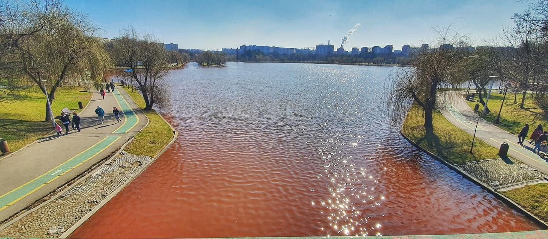 Apa lacului IOR din Capitală are o culoare neobişnuită, roşie, de mai bine de trei săptămâni