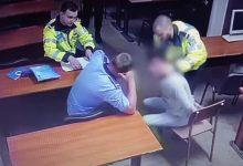 Photo of IMAGINI ȘOCANTE. Polițiști filmați în timp ce bat și strangulează un bărbat încătușat în București
