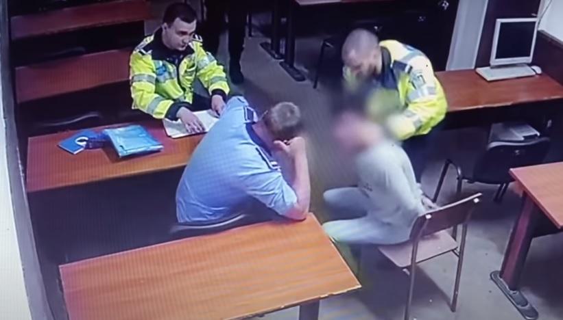 Polițiști filmați în timp ce bat și strangulează un bărbat